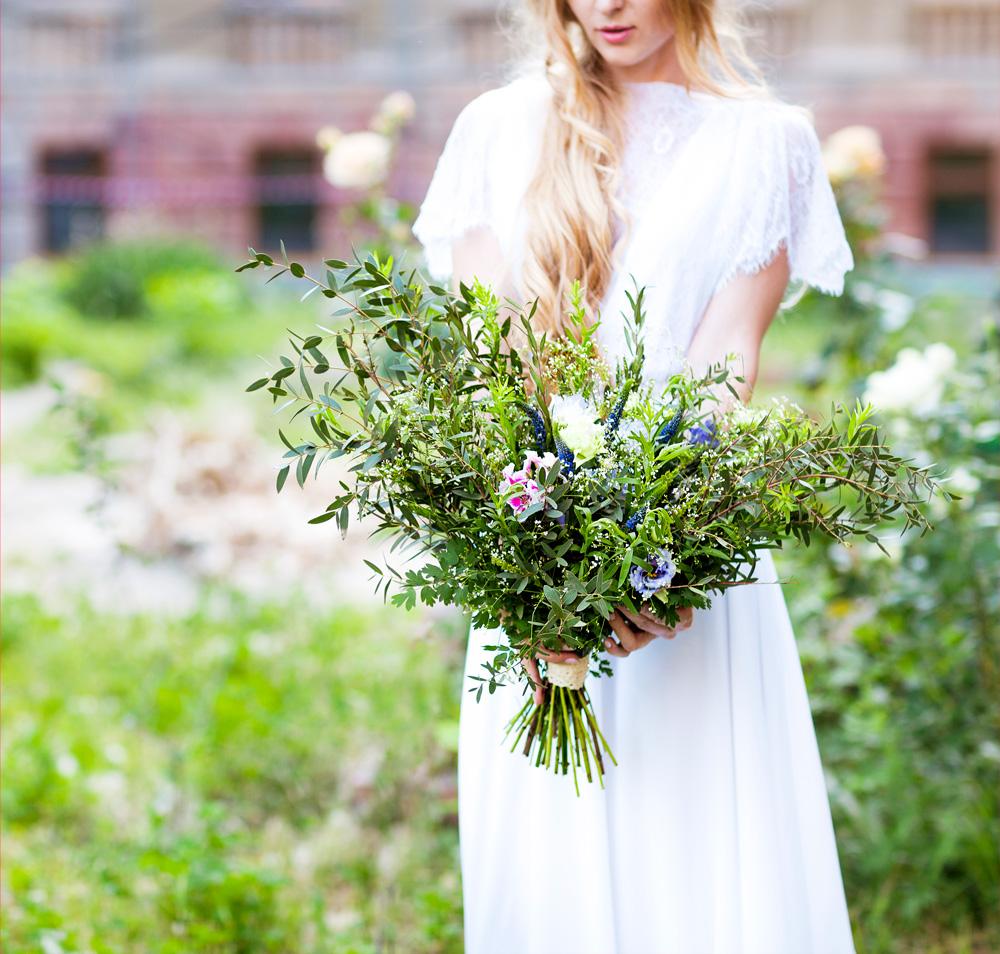 bukiet z gałązkami drzewa oliwnego, ślub w stylu boho, rustykalnym